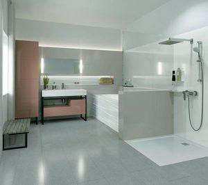 Rehau presenta soluciones con óptica de cristal para cocina y baño