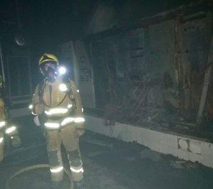 Un incendio calcina una de las naves de Surinver