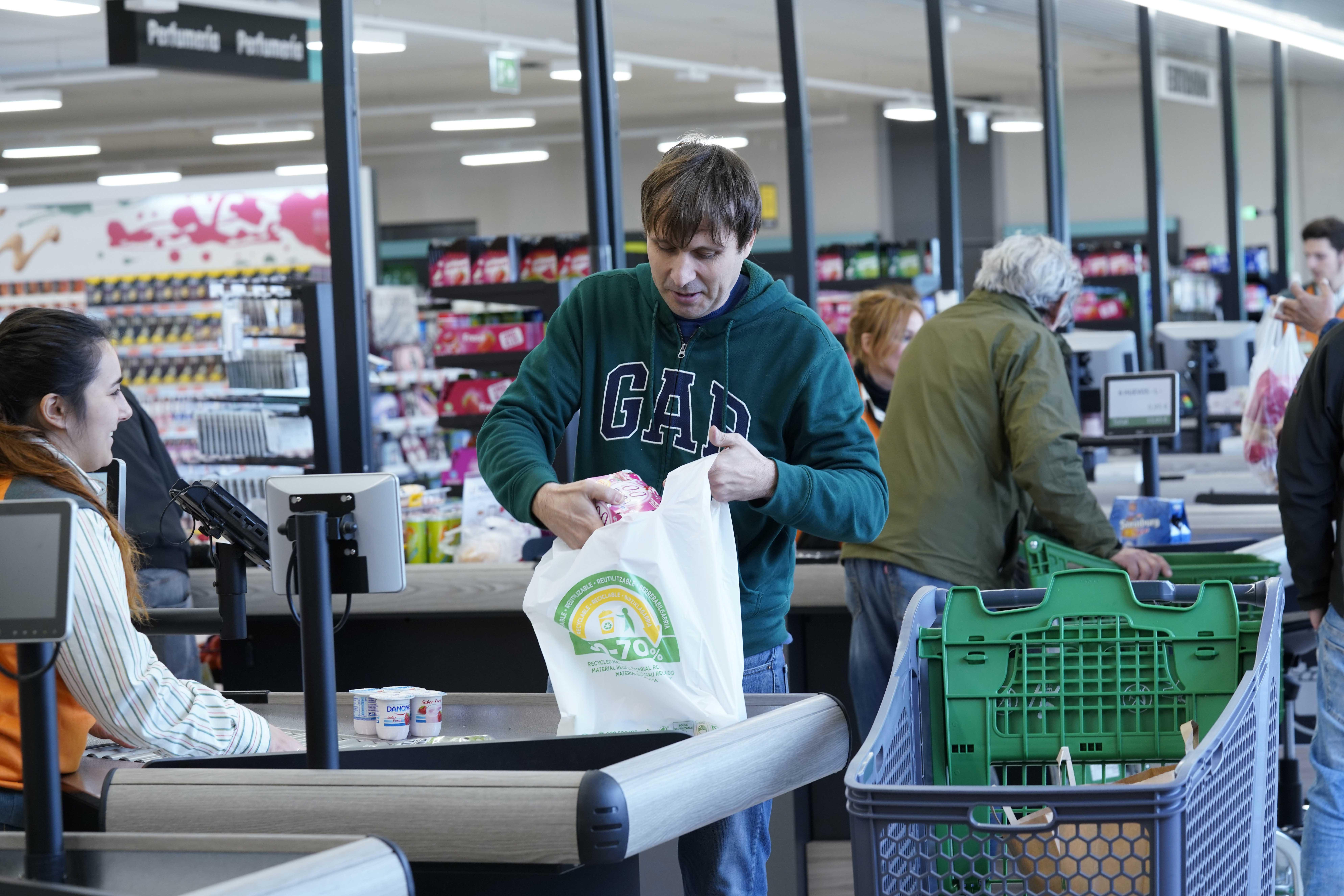Mercadona culminará la sustitución de las bolsas de plástico en abril