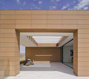 Frontek, en la fachada de la nueva bodega Casa Rojo
