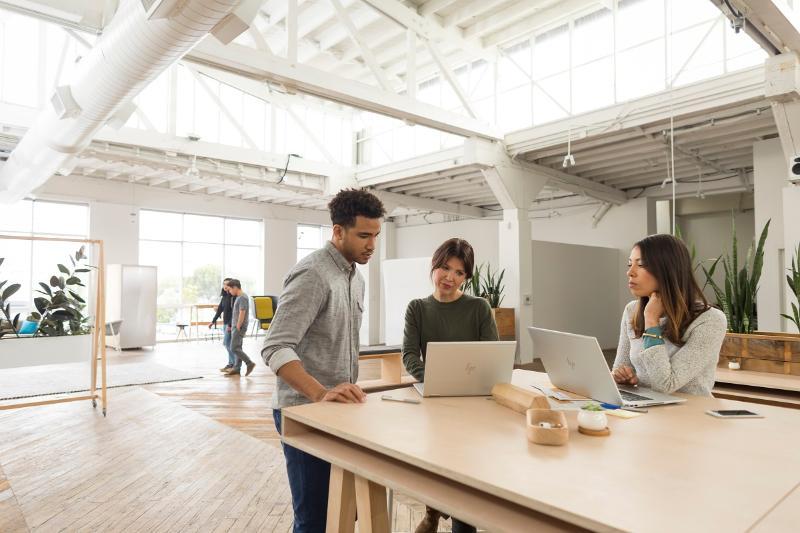 La interacción de las múltiples generaciones reinventa el lugar de trabajo