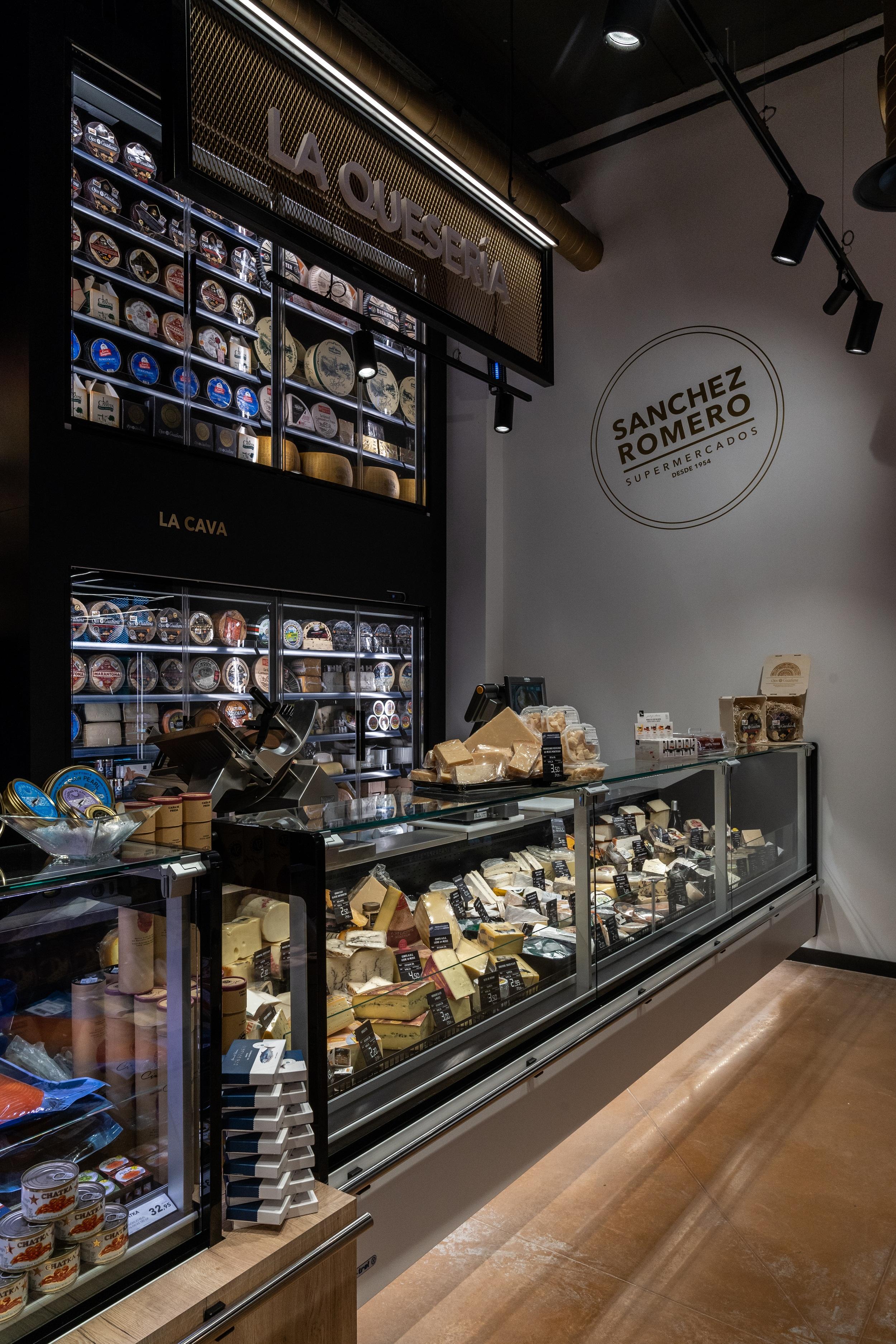 Supermercados Sánchez Romero inaugura su primera tienda 'hub' de servicios