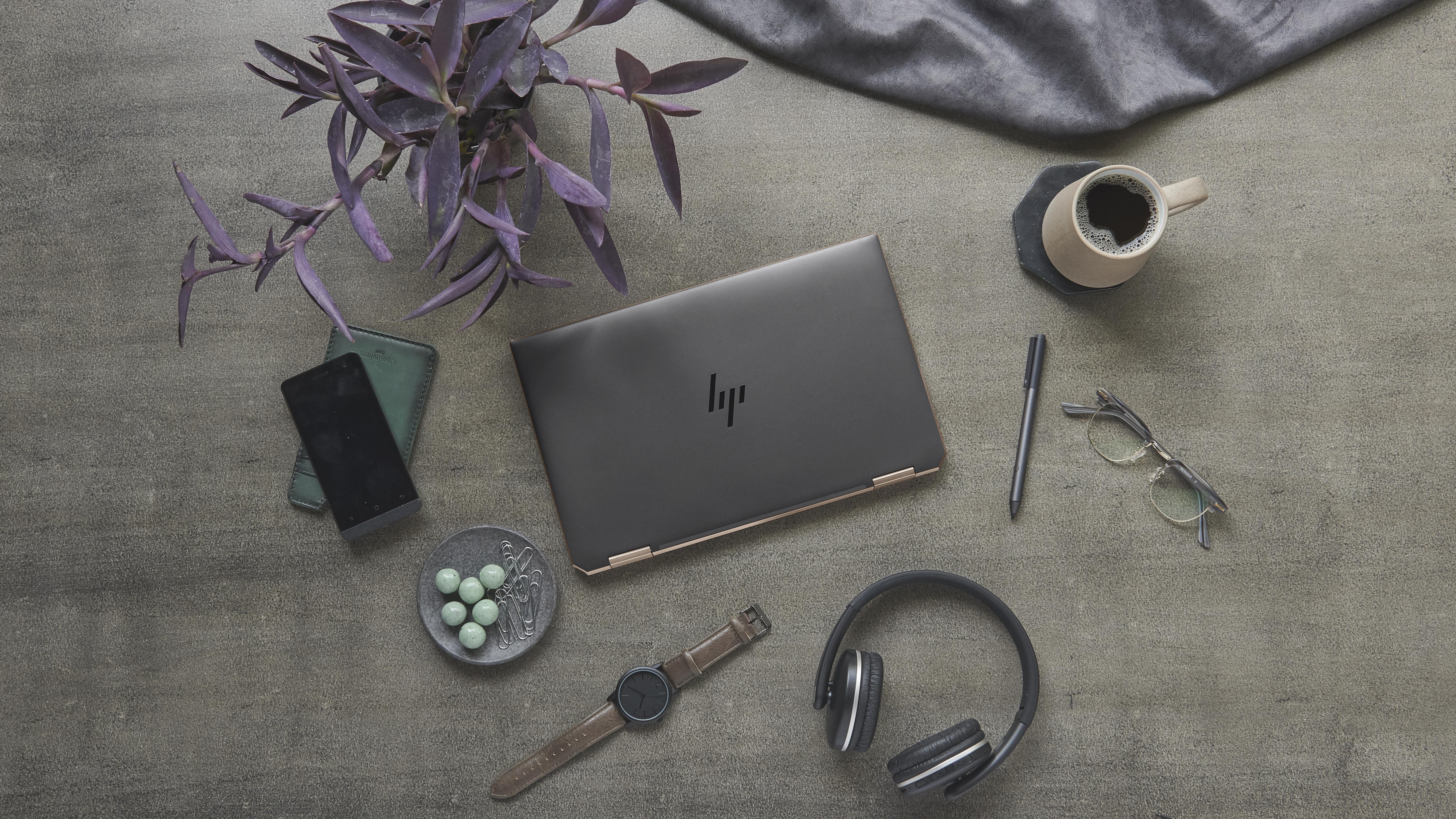 HP presenta un portátil con acabados en madera natural y el convertible más pequeño del mundo