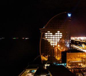 El W Barcelona realiza donaciones y se ilumina contra el coronavirus