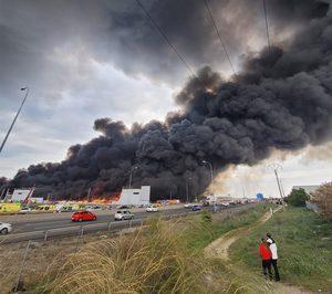 Un incendio calcina un antiguo almacén de DHL en Seseña