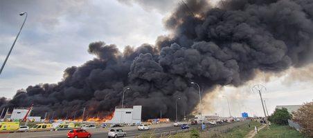Bajo control el incendio de un antiguo almacén de DHL en Seseña