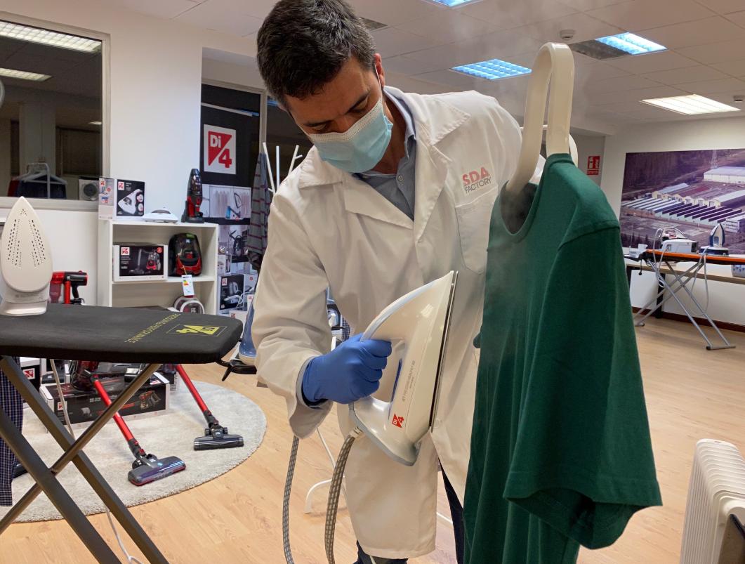 Di4 vende en El Corte Inglés una plancha que higieniza la ropa y la deja libre de virus y bacterias